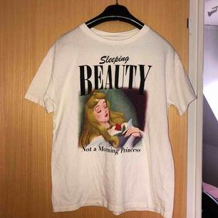 Säljer denna fina tshirt med törnrosa motiv💗 Köpt på pull & bear förra året, knappt använd. Väldigt bra skick :) Jag står för frakten💞💞