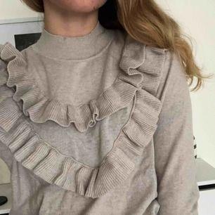 tröja med volanger, supersöt och knappt använd 💗💗 skickas för 55kr