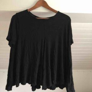 En svart flowy T-shirt i storlek S. Skickas för 18kr 💗💗