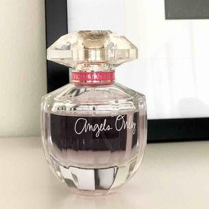 En parfym ifrån Victorias Secret. På bilden syns det hur mycket som använts. Luktar jättegott men måste tyvärr rensa då jag inte hinner använda alla 💗💗 skickas för 63kr