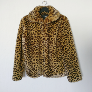 Super fin leopard jacka i nyskick!! 🐆  Förbered dig till hösten med denna gosiga jacka ✨🍂  Fri frakt 💌