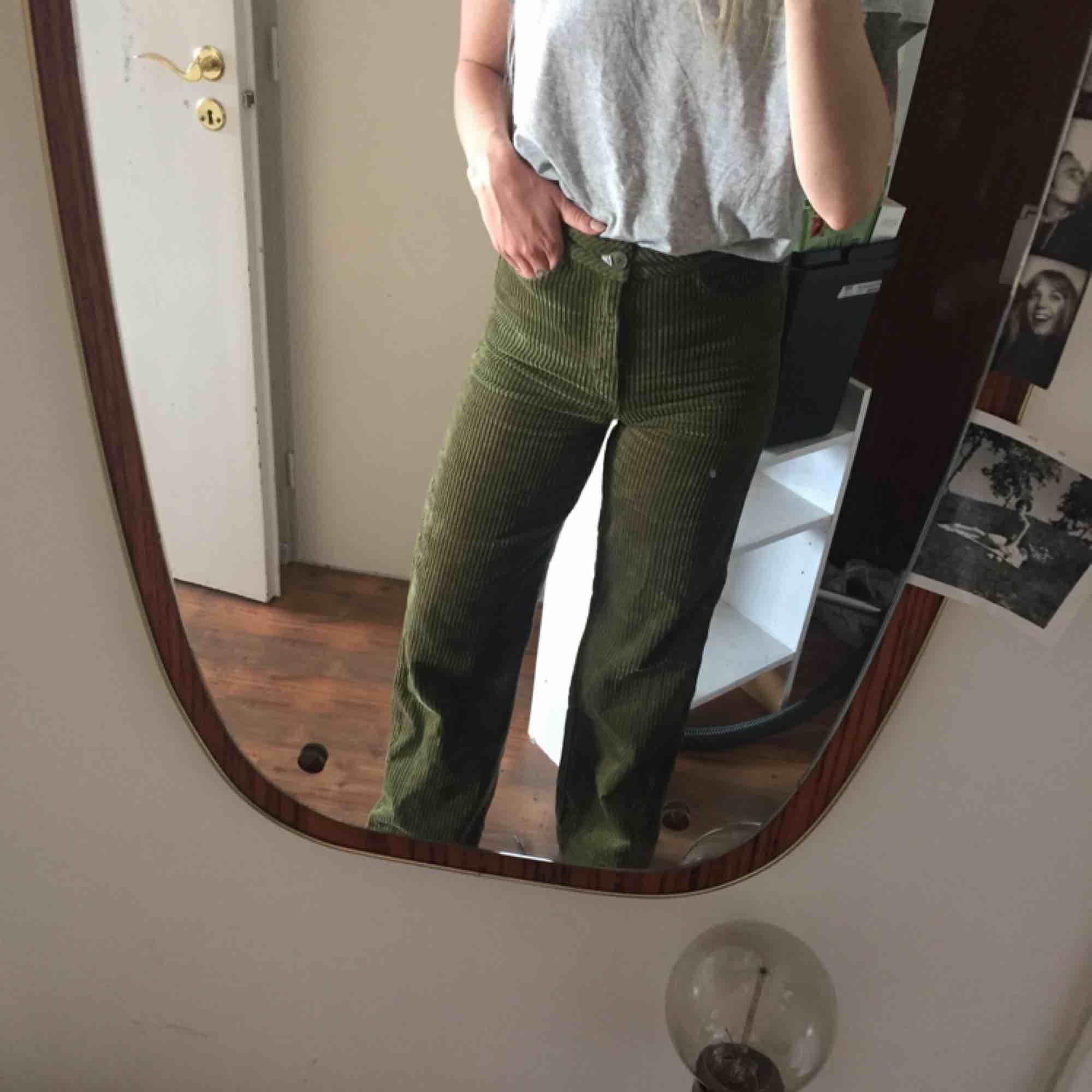 """Superfina gröna manchesterbyxor från Weekday. Raka i benen och hög midja. I stort sett oanvända och storleken är en """"normal"""" 36. . Jeans & Byxor."""