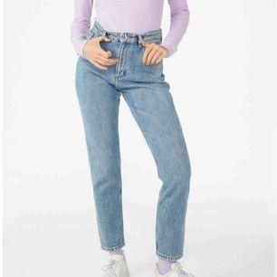 Mom jeans i modellen kimono från monki. Storlek 27. I fint skick, nypris är 400kr. Midjemåttet är 69 cm. Frakten ingår i priset! Bara att fråga för mer bilder eller funderingar🌻 första bilden är lånad från monki.