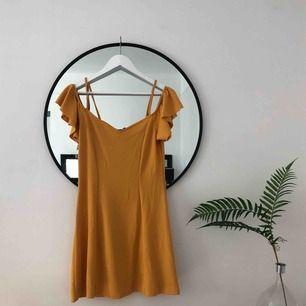 Senapsgul offshoulder klänning (med spagettiband för att hålla upp den). Köpt i New York. Strl L men passar mig jättebra som är en S/M 🌞