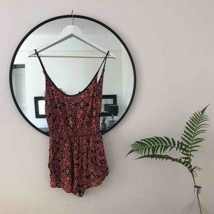 Vacker byxdress med små blommönster köpt på Urban Outfitters i NYC 🌞❤️ liten slits vid byxan