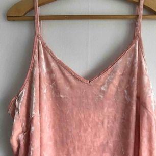 Oanvänd ljusrosa klänning från Monki i 'velvet'. Storlek L! Pris exklusive frakt :)
