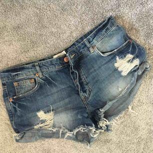 Snygga shorts med slitningar. Fickor både fram och bak. Aldrig använda. Kan hämtas i Strängnäs annars tillkommer frakt.