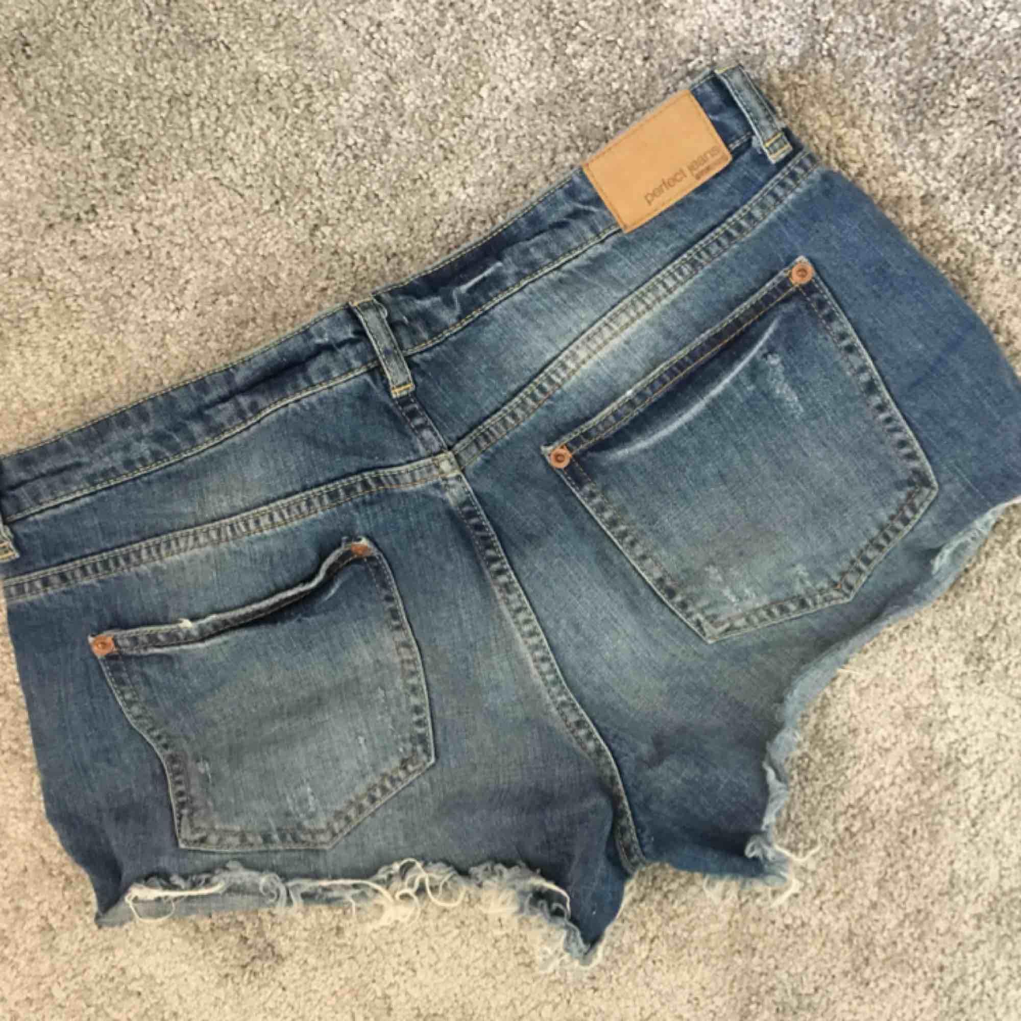 Snygga shorts med slitningar. Fickor både fram och bak. Aldrig använda. Kan hämtas i Strängnäs annars tillkommer frakt.. Shorts.