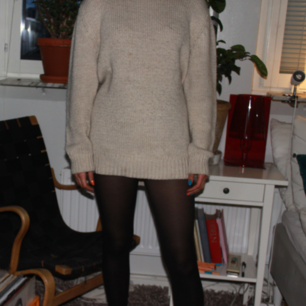 A sweater from Zara, it is size 40 from the man section and can therefore be used as a sweater dress. It is quite short on me who is 172 cm tall, but I have still worn it to school. Would be perfect on someone a bit shorter! I can meet up in stockholm, otherwise buyer stands for shiping. Feel free to ask as many questions or ask for more pictures in the comments or by contacting me:))