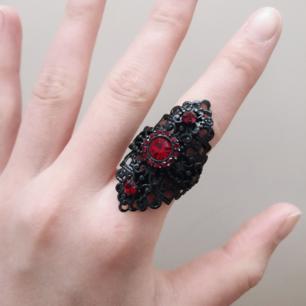 Vacker svart ring med röda stenar! 🌹 Fint skick. Fri frakt 💌