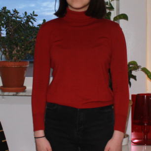 A red turtleneck in size S, the sleeves are a bit too short on me who is 172 cm. I can meet up in stockholm, otherwise buyer stands for shiping. Feel free to ask as many questions or ask for more pictures in the comments or by contacting me:))