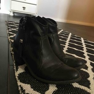 """Svarta """"Cowboy"""" boots med tofs-ish. Köparen står för frakten"""