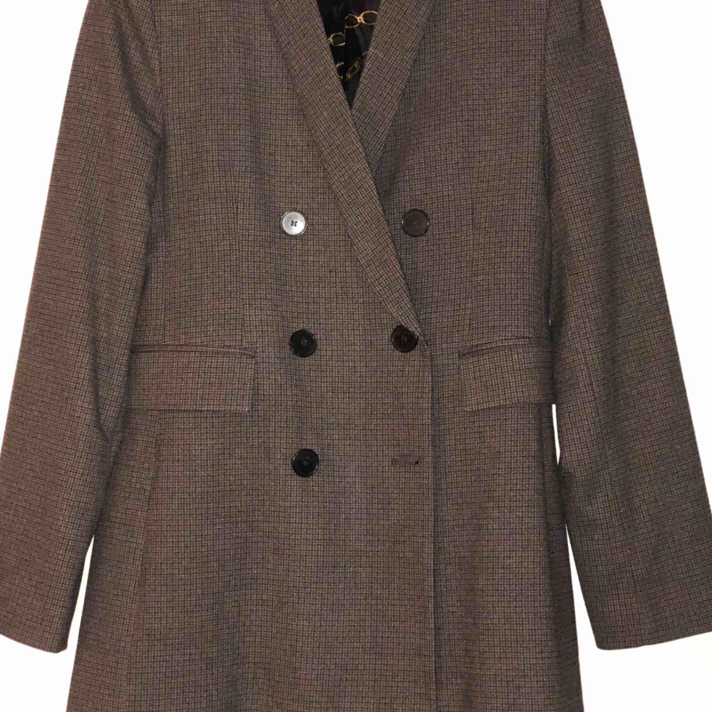Brun svart kavaj med mindre axelvaddar ifrån Zara. Aldrig använd. Storlek s/m.  Nypris 600kr.. Kostymer.