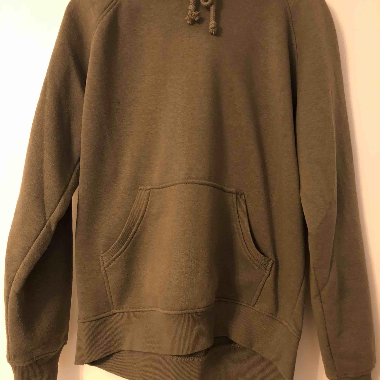 Militär grön hoodie från BikBok, storlek M.  Som ny!  . Huvtröjor & Träningströjor.