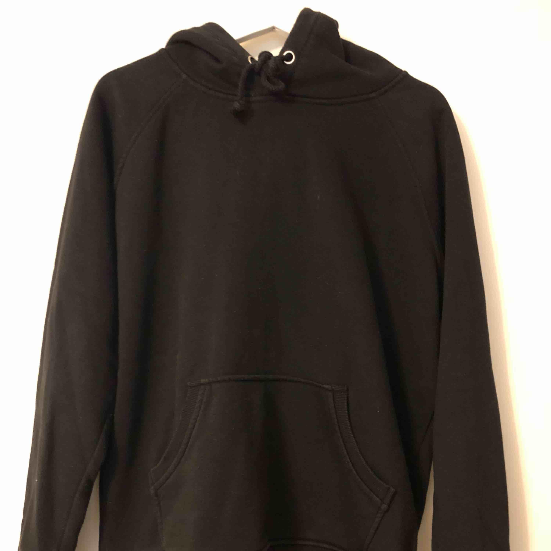 Svart hoodie från BikBok. Storlek S. Fint skick!. Huvtröjor & Träningströjor.