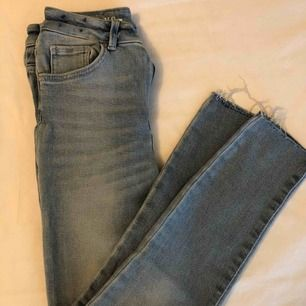 Jeans med slitningar från bikbok. Storlek S men dem är stretchiga så går fint för en medium med.  Nypris 500kr.