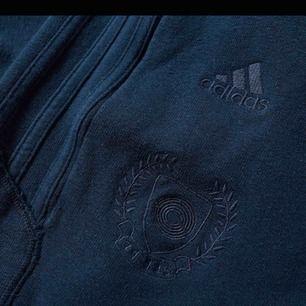 Yeezy season 5 CALABASAS. Knappt använda och tvättade två ggr. Blå färg med emblem och Calabasas skrivet längs benet. Storlek S herr