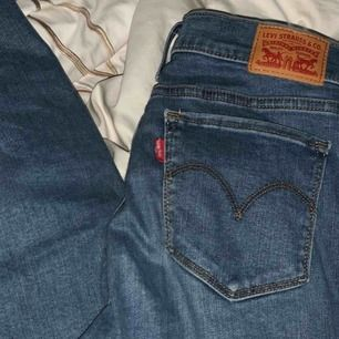 Levis jeans med lägre midja, nypris 1099