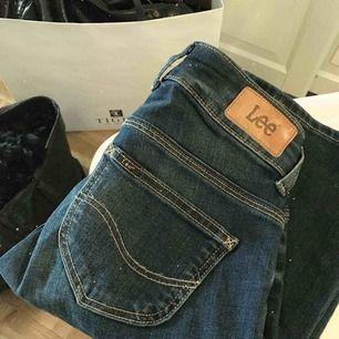 Säljer ett par Lee Joliet (W24 L31) i mörkblått för 250:-,inköpta online för 900:- och använda ett fåtal gånger! Jeansen har varken fläckar eller hål utan är som sagt som nya, fler bilder kan skickas om det behövs.