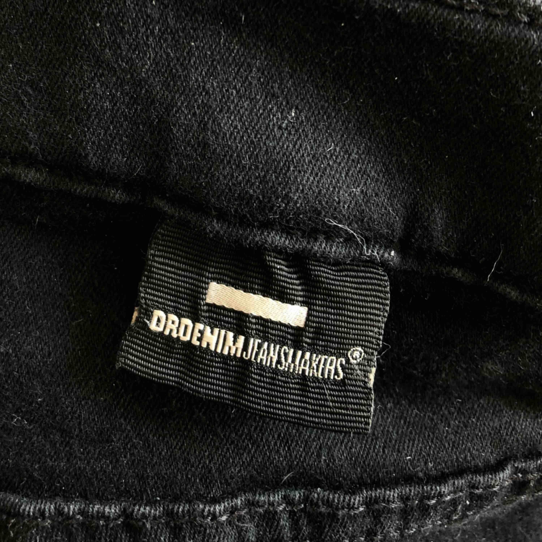 De perfekta bootcut jeansen!🤩 Märket Drdenim men köpta på Salt. Mycket använda men har mycket kvar att ge! Har själv storlek XS/S och är 167cm men dom är väääldigt stretchiga. Möts upp i Umeå, annars står köpare för frakt. Jeans & Byxor.