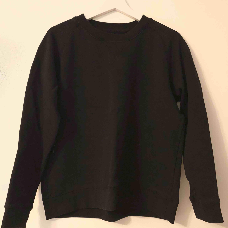 Svart simpel tröja från JC, använd en gång.  Snygg till det mesta!  Storlek M då den var liten i storleken.  400kr nypris.. Huvtröjor & Träningströjor.