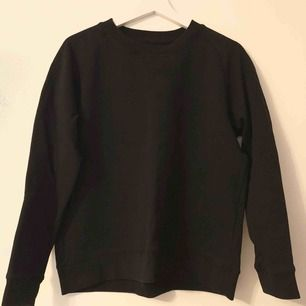 Svart simpel tröja från JC, använd en gång.  Snygg till det mesta!  Storlek M då den var liten i storleken.  400kr nypris.