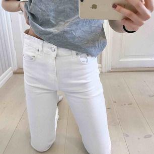 """Vita jeans i """"kick flare"""" Model från Ginatricot. Jätte fina och passar perfekt till sommaren. Hör gärna av dig om du är intresserad, har frågor eller vill ha mer bilder!"""