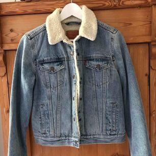 Oanvänd Teddy jeansjacka från Levis. Jättefin modell. Storlek S/36.  Nypris 1300kr.