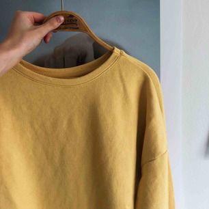 Tröja från pull and bear i modern gulfärg. Använd två gånger därav i nyskick.