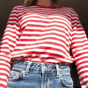 Röd och vit randig långärmad tröja från monki. Nypris 150kr använd sparsamt. Köparen betalar för frakt eller så möts jag någonstans i Stockholm.