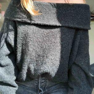 Off shoulder stickad tröja från hm, nypris 299 men säljes för 100kr. Jättefint skick och inte alls stickig. Köparen står för frakten men kan även mötas upp i stockholm