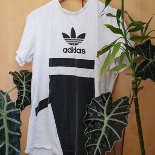 Adidas tshirt. Kan skickas, men då står köparen för frakten.
