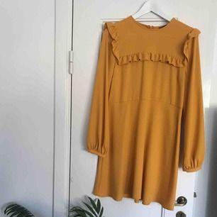 Jättefin senapsgul klänning från Zara i storlek L. Endast använd en gång. Köparen står för ev. frakt vid köp, annars går det bra att mötas upp i centrala Stockholm!