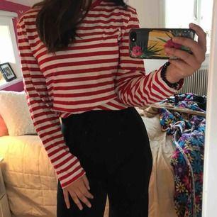 Röd/vit-randig tunn långärmad tröja i nyskick från monki. Köpare betalar frakt