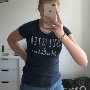 T-shirt från Hollister, lite sliten på texten. Frakt ingår!