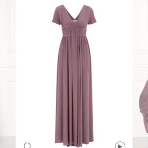 Helt ny, oanvänd klänning köpt på bubbleroom. Säljer eftersom den var för stor, han inte skicka tillbaka. Lappar finns kvar Nypris 699 Passar även 36 och eventuellt 38 då den är stretchig