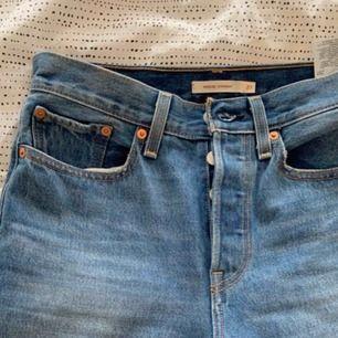 Jeans från Levis. Använda ett fåtal gånger, därav i mycket bra skick. Som nya. Passar en storlek S.