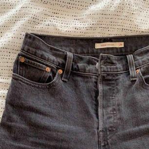 Jeans från Levis. Använda ett fåtal gånger, därav i mycket bra skick. Som nya. Passar en storlek XS eller S. Och liten M.