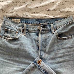 Nyinköpta jeans från Levis. Använd en-två gånger. Passar en storlek S/M.