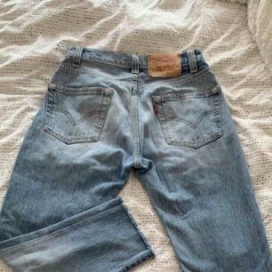 Jeans från Levis. Använda ett fåtal, köpt på vintage. Väldigt bra skick. Passar en storlek XS.