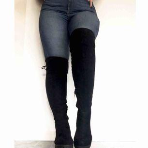 Svarta high thigh boots i väl skick!  Klackhöjd: 5cm.  Material: Mocka imitation.   Stor i storleken, sitter som 41.  Knytning längst upp på skon (se bild 2) så man kan justera hur tight det sitter vid låren.   Produkt pris ink frakt💜