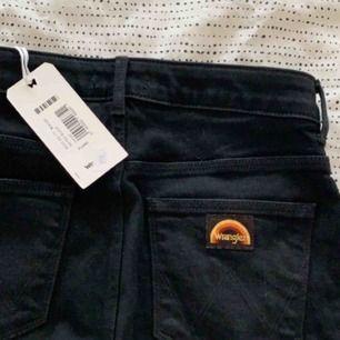 Nya jeans från Wrangler. Aldrig använda. Hög midja med bootcut. Sitter som ett smäck. Passar en storlek S.