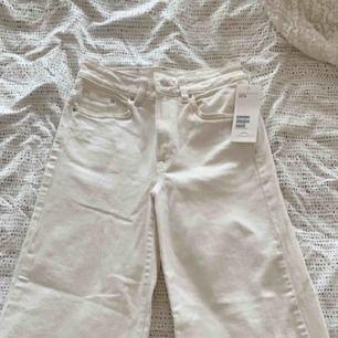 Vita culotte jeans från H&M. Aldrig använda. Hög midja.