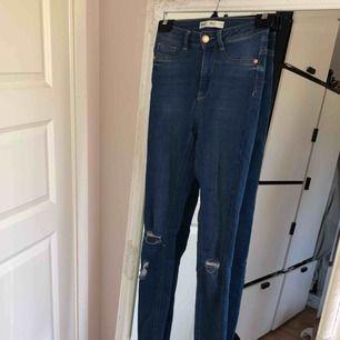 Molly-jeans med slitningar från Gina tricot. Endast testade, så dom är i nytt skick.