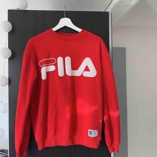 Röd Fila tröja, bra skick endast en liten svart färgprick som man inte tänker på. Möts i Stockholm eller betalar köparen frakt.