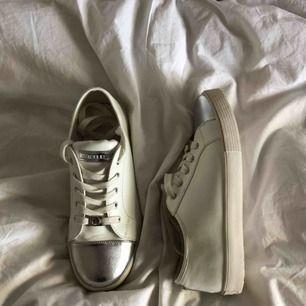Michael Kors skor köpta ifrån Usa, ser gula ut men är vita i verkligheten. Står strl 36 i dom men passar även mig som har strl 38/39. Aldrig använda { betalas via swish } frakt ingår inte 💓