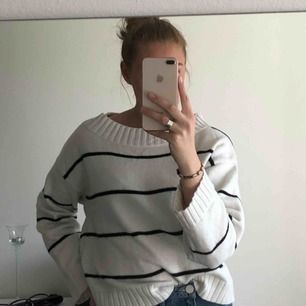 Randig stickad tröja från HM, går att ha både vanligt och off shoulder, på båda eller ena axeln. Jag betalar frakten!