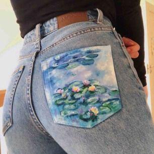 Säljer ett par jeans från monki! Super fint skick och väldigt trändiga med det handmålade på bakfickan;)  Strl xs med passar lika bra s! Frakt: 45kr Köpte byxorna på plick så använder hennes bilder!