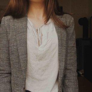 💛Stilren kavaj. Aldrig kommit till användning, dock väldigt fin och kvalitativ! Matchas bäst tillsammans med en blus eller skjorta, kan även användas som jacka:)💛