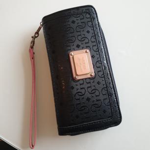 Äkta guess plånbok   Frakt tillkommer m 20kr om man ej möts upp i Södertälje